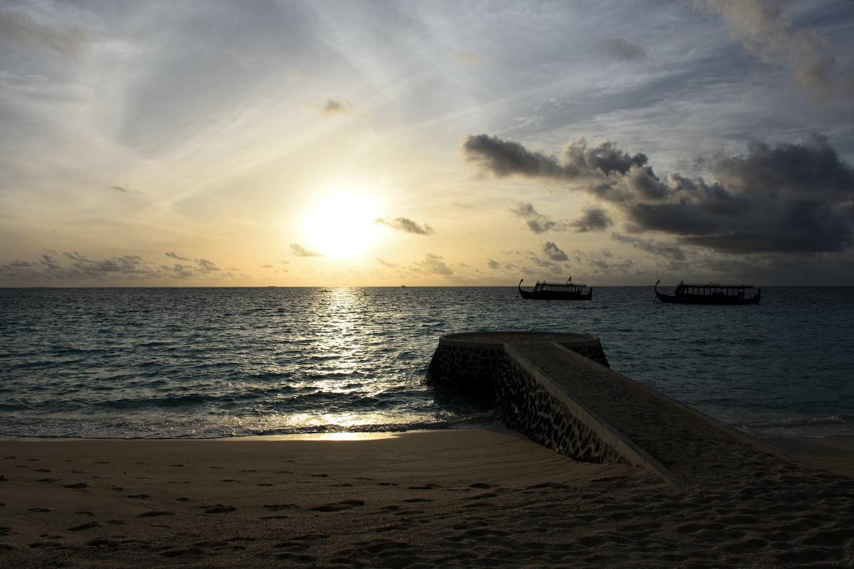 cosa fare alle Maldive tramonto sul molo