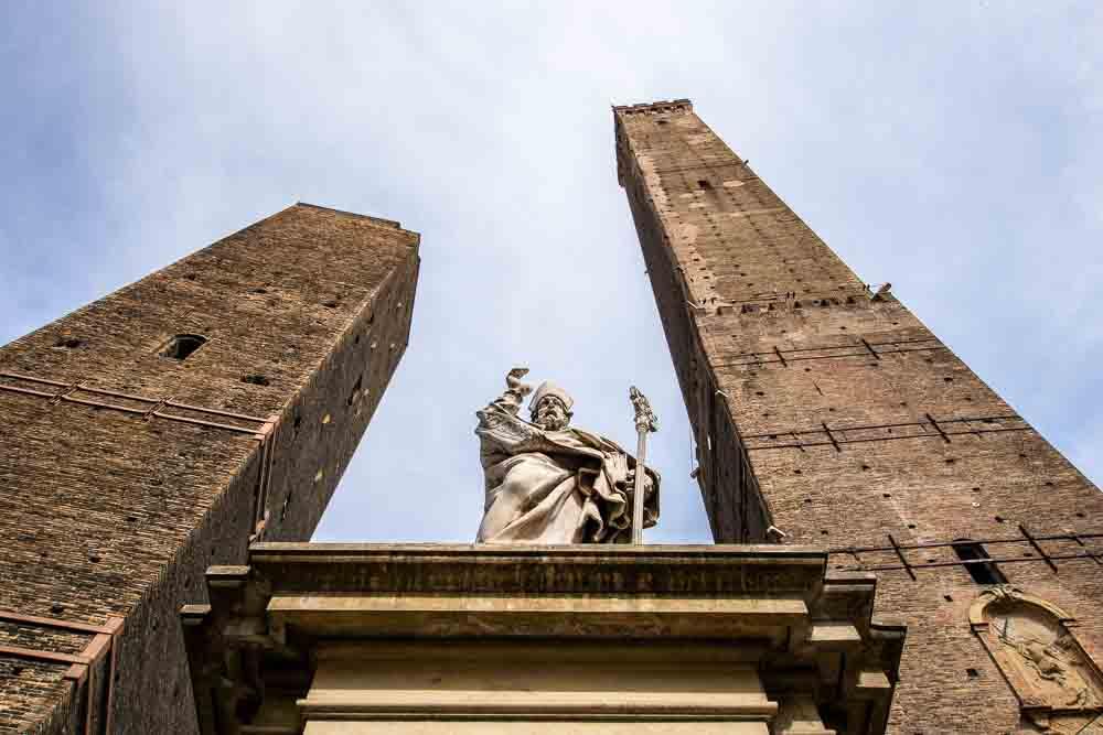 Bologna due torri e statua